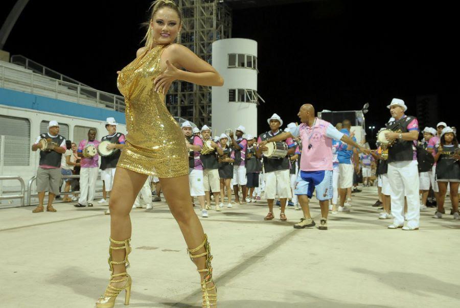 Ellen Rocche volta a desfilar sua beleza pela Rosas de Ouro, em São Paulo  <a href='http://www.band.com.br/bandfolia/escolas/sao-paulo/rosas-de-ouro/' target='_self'><b><u>Saiba mais sobre a agremiação</u></b></a>