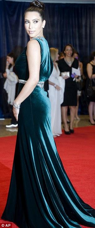 Cobrindo suas curvas: vestido de Kim recatada conseguiu em grande parte esconder sua figura famosa
