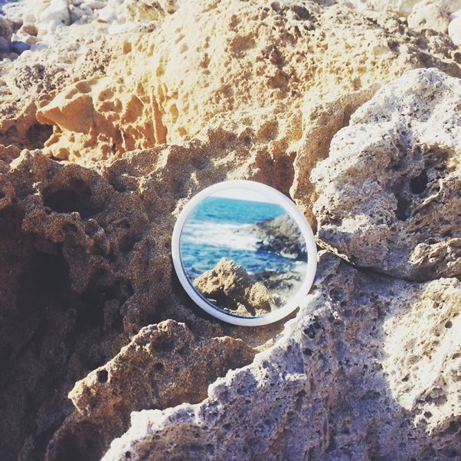 Artista cria ilusões por meio de reflexos espelhos