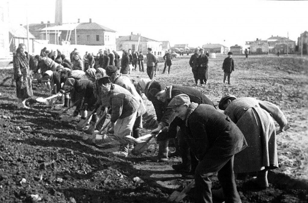 Учащиеся средней школы №8 г.Новокузнецка за ремонтом дороги. 1944 г.