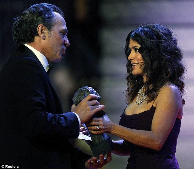"""Parabéns!  Salma apresenta José Coronado com o prêmio de Melhor Ator pelo filme """"Sem paz habra parágrafo los malvados ', que significa"""" resto Não para o mau """""""