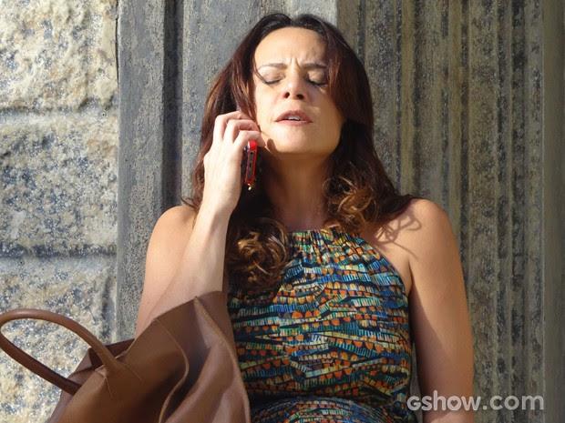 Ela tenta ligar para Jairo, mas ele não atende (Foto: Em Família/TV Globo)