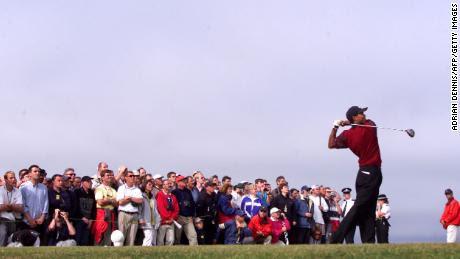 Woods aterriza en el hoyo 13 del Old Course de St. Andrews en el Open Championship.