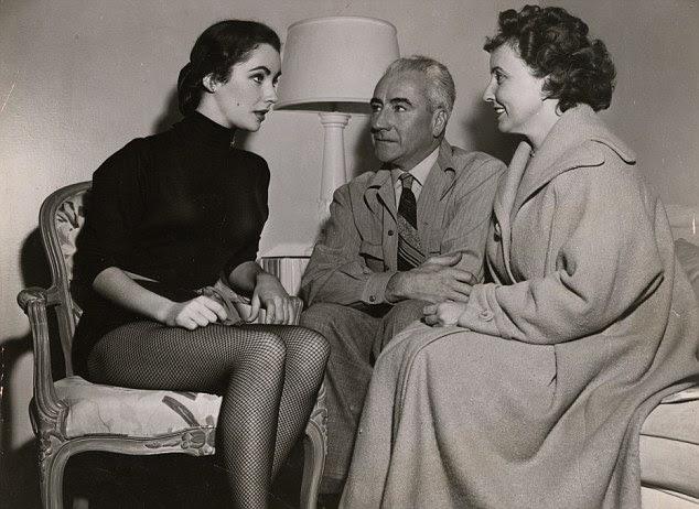 Elizabeth Taylor, à esquerda, com seu pai negociante de arte Francis Taylor e Sara mãe