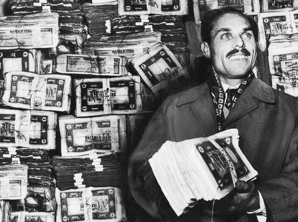 Giovanni Mannu con i pacchi di banconote vinte nel 1950