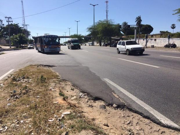 Local onde aconteceu o acidente tinha marca de sangue na pista (Foto: Wânyffer Monteiro/TV Verdes Mares)