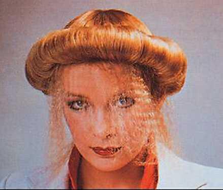 Para las que no sabían si estilizar su cabello o usar un sombrero a la hora de arreglarse se creó este estilo, el cual es un híbrido entre peinado y pamela.