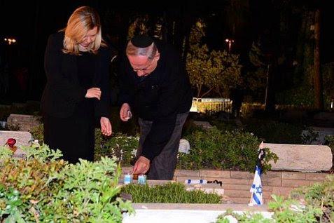 Sara and Prime Minister Netanyahu at his brother Yoni's grave Saturday night.