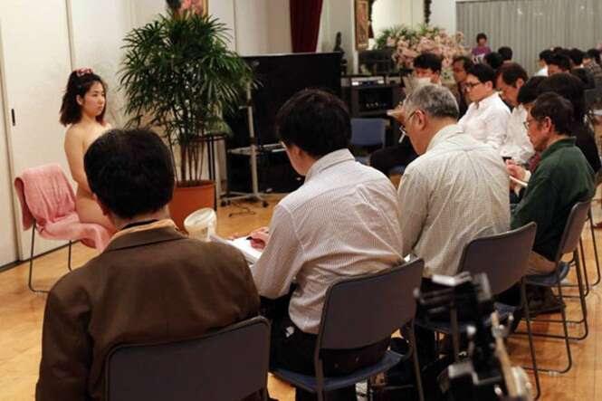 Virgens iniciam curso de especialização para aprenderem a ter relação íntima