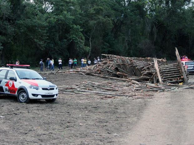 Dois morrem após fogueira de festa junina cair em Pindamonhangaba (Foto: Saulo Fernandes / Vale News)