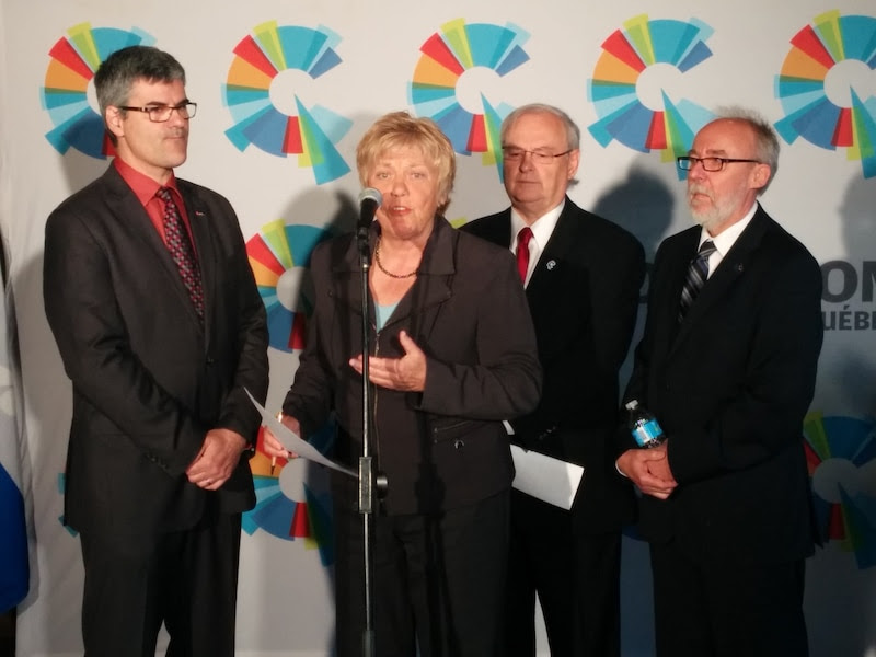 Les candidats de la Coalition avenir Québec dans Chauveau, Jocelyne Cazin, et dans Jean-Talon, Alain Fecteau, sont entourés des députés Éric Caire et Marc Picard.