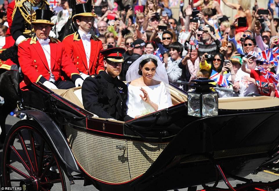 Onda real: Meghan ondea con gracia mientras su esposo sonríe mientras la procesión se abre camino por las calles de Windsor