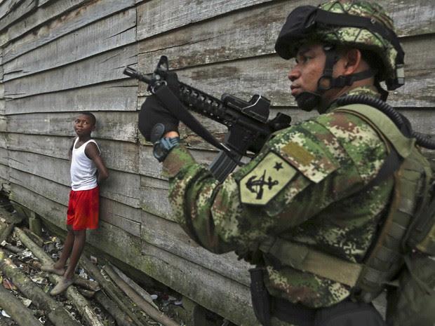 Soldado das Forças Especiais da Colômbia patrulha as ruas do bairro 'La Playita', em Buenaventura. (Foto: John Vizcaino/ Reuters)