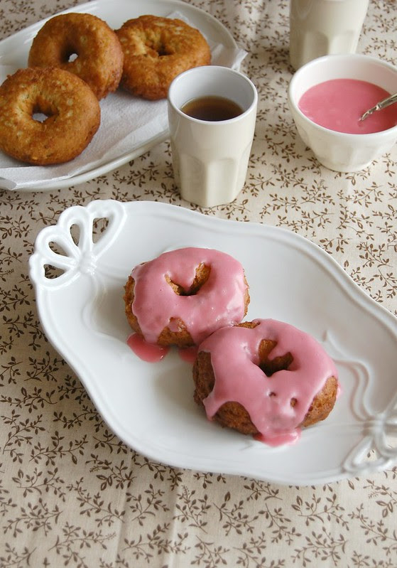 Pistachio doughnuts with rose water icing / Doughnuts de pistache com glacê de água de rosas