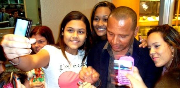 Pai de Neymar atende fãs na apresentação de seu filho à seleção brasileira olímpica