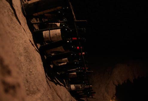 Nhiệt độ trong hầm khá thấp, ban ngày khoảng 16-20 độ C, ban đêm xuống thấp dưới 10 độ C nên có thể cất giữ rượu dọc thành hầm.