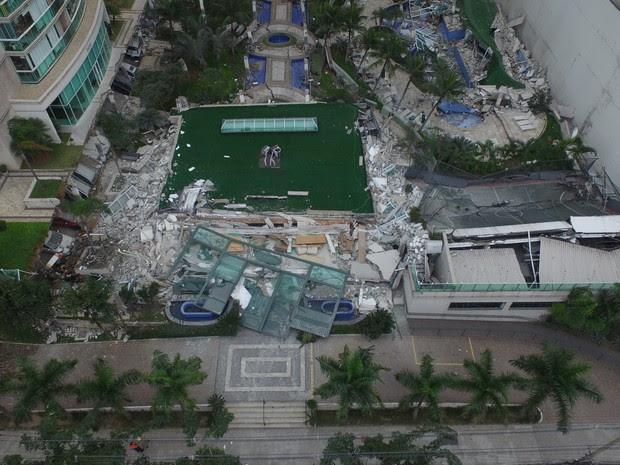 Área de lazer de prédio desaba na Enseada do Sua (Foto: Secundo Rezende/ TV Gazeta)