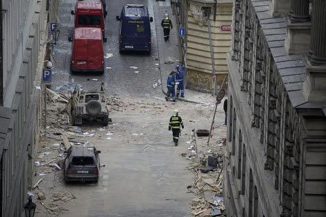 Destrozos ocasionados por la explosión en el centro de Praga. | Efe VEA MÁS IMÁGENES