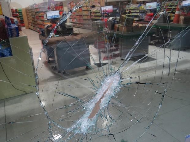 Marcas dos tiros ficaram nos vidros no supermercado  (Foto: Luiz Fernando/ Jornal Acontece )