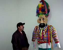 Adelino Rodríguez junto a la careta del Vellarrón en Verín