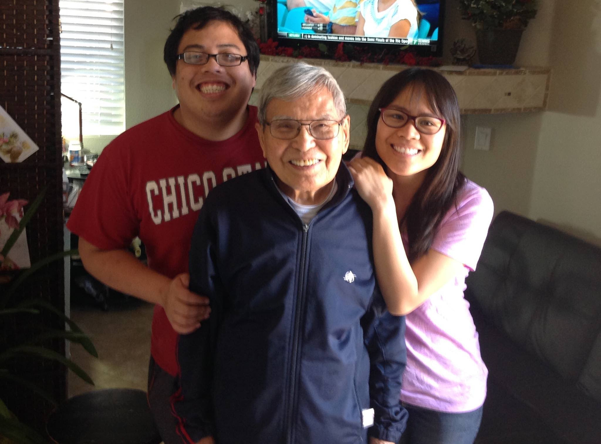Ảnh trên: Producer John Bạch , bên cạnh nhạc sĩ Anh Bằng và producer Đăng Minh (phải) Ảnh dưới: Billboard do họa sĩ Đỗ Cung thiết kếđầy nghệ thuật cho mỗi show diễn trực tiếp thu hình…