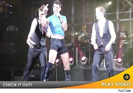 Joey McIntyre Strips Down During NKOTBSB Concert   toofab.com