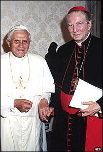 Cardenal Carlo María Martini con el Papa Benedicto XVI en foto de 2005.