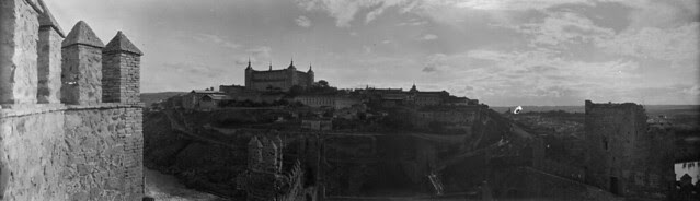 Panorámica de Toledo en 1921 desde el Castillo de San Servando. Fotografía de José Regueira. Filmoteca de Castilla y León. RESEP-188