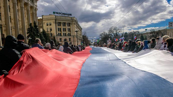 Les manifestants portent un drapeau russe géant lors d'un rassemblement pro-russe à Kharkiv 16 Mars 2014. (Reuters / Stringer)