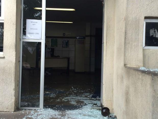 Preso quebrou porta de vidro da delegacia ao tentar fugir (Foto: Divulgação/ Polícia Civil)