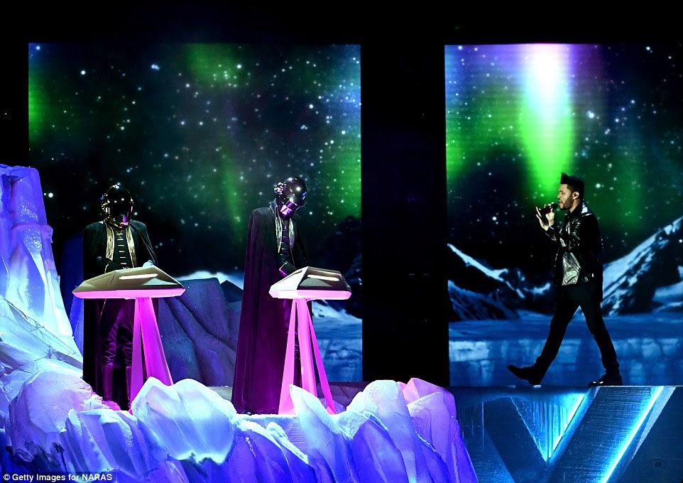 Legends: Ele foi acompanhado por Daft Punk durante a performance, uma vez que fizeram uma aparição show rara concessão