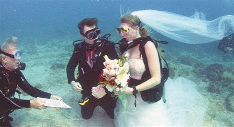 Couple gets married underwater in the Florida Keys
