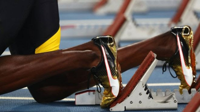 Pernas de Bolt se preparando para a largada