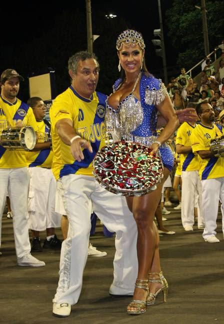 Gracyanne Barbosa exibe pernas torneadas e superdecote em ensaio