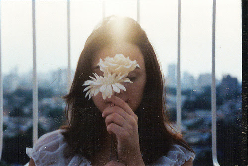 Resultado de imagem para menina com uma flor tumblr