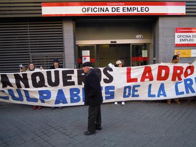 Miembros de la nueva plataforma barrial despliegan una pancarta a las puertas de la oficina del INEM de Acacias.
