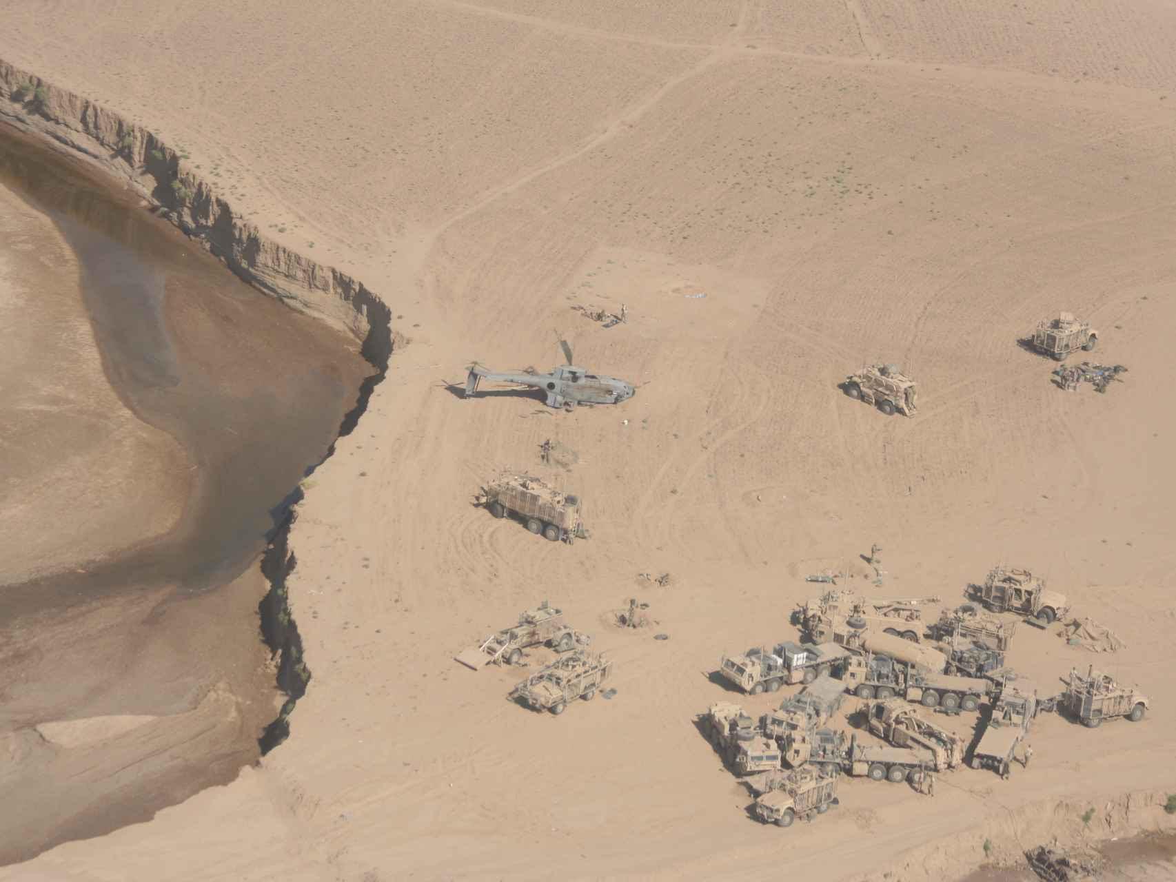 Vista panorámica del lugar en el que cayó el helicóptero, junto al convoy estadounidense.
