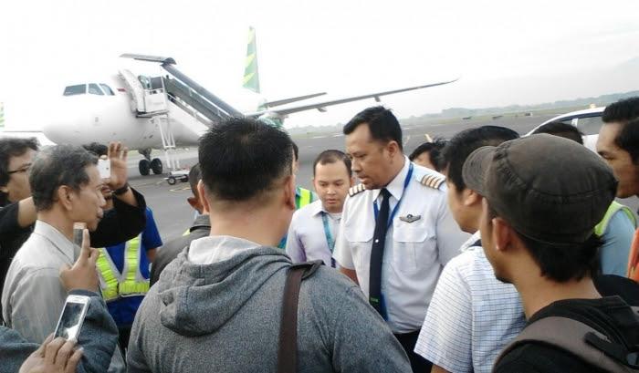 Capt. Wahana Agus, pilot pengganti, menenangkan penumpang