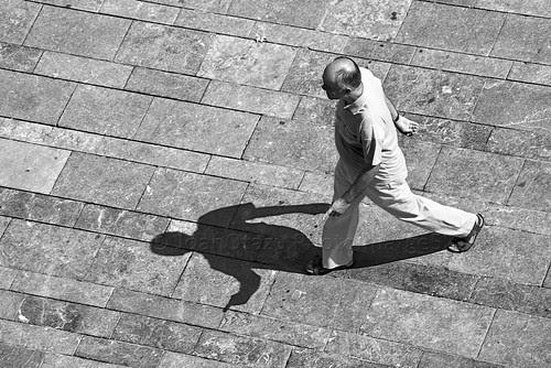 Llum i Vida - PhotoImatge52 …..….  ( sombra con pistola ). by JoanOtazu