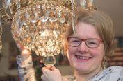 Wanita Ini Jatuh Cinta pada Lampu Gantung Antik Miliknya