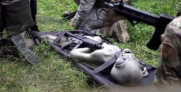 et militares e1411697389894 Suposto alienígena morto teria sido recolhido por militares