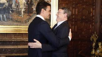 El secretari general del PSOE, Pedro Sánchez. s'abraça amb el president de la Generalitat Valenciana, Ximo Puig