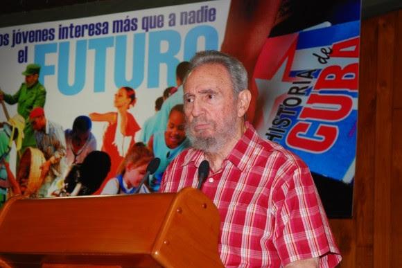 Fidel lee el Mensaje a los jóvenes cubanos. Foto: Estudios Revolución