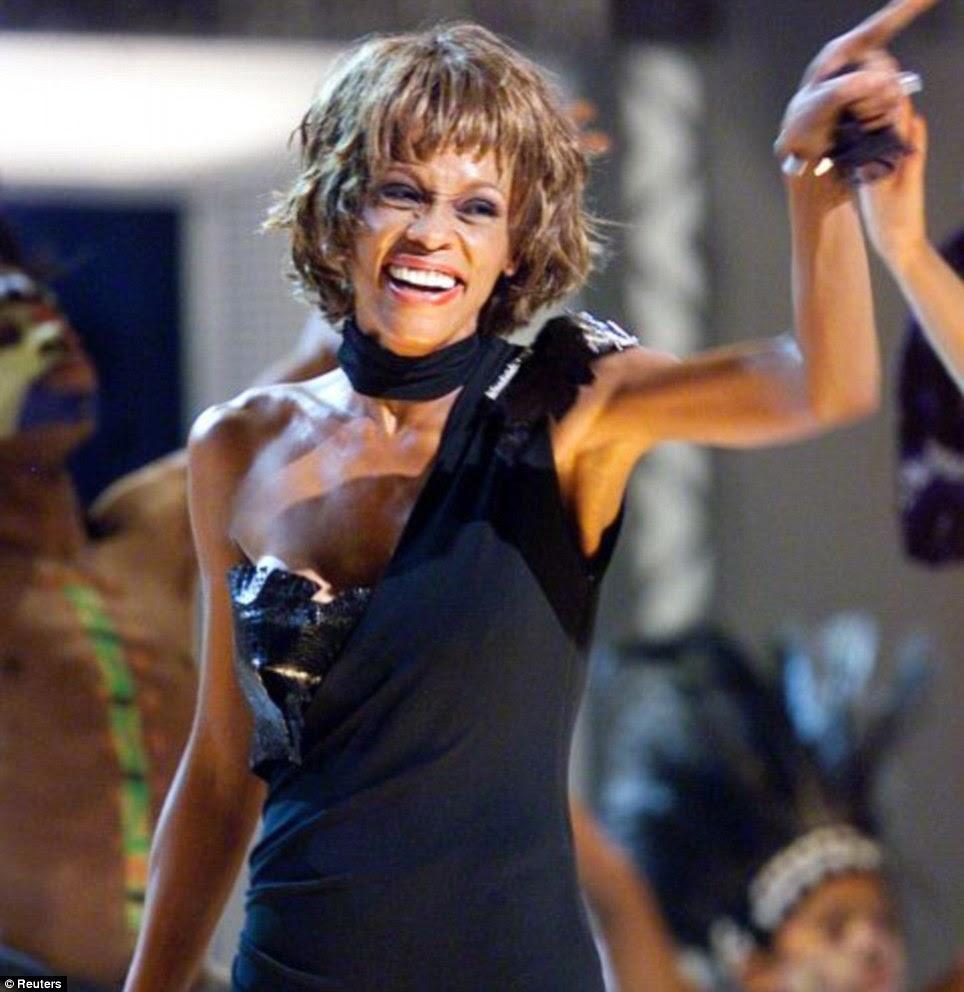 Emagrecido: No auge do seu uso de drogas, Houston era tão assustadoramente fina que, depois de se apresentar em um 2001 Michael Jackson tributo concerto, surgiram rumores que ela tinha morrido no dia seguinte