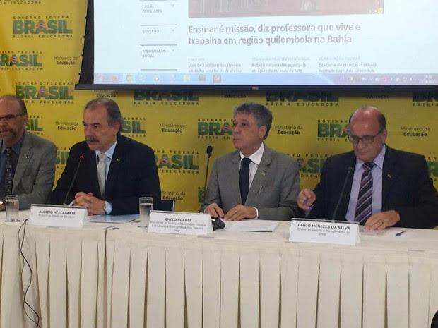 O ministro da Educação, Aloizio Mercadante, e o presidente do Inep, Chico Soares, dão entrevista na véspera do Enem 2015 (Foto: Isabela Formiga/G1 DF)