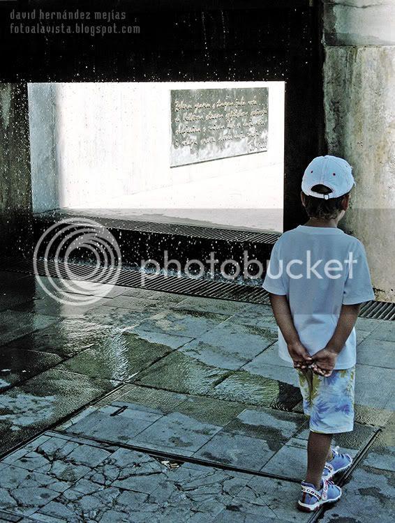 Un niño se acerca a una fuente de Split con agua