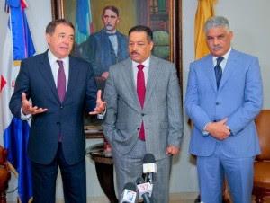 Roberto Rosario, presidente de la Junta Central Electoral, recibe a Vargas y Ayala.