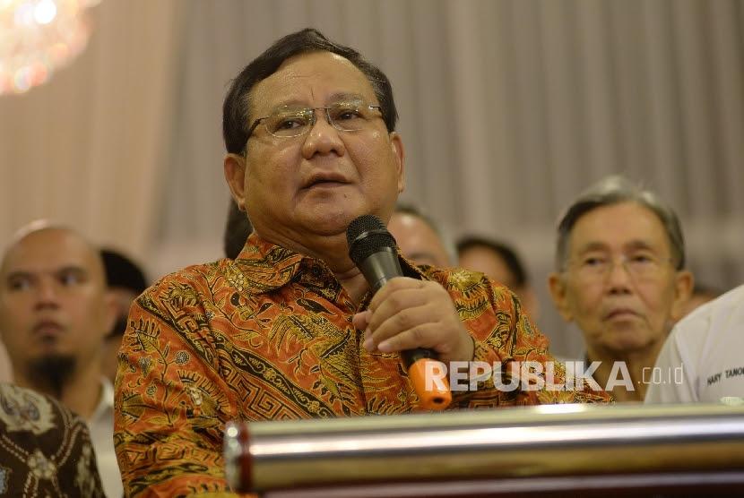 Ketua Dewan Pembina Partai Gerindra Prabowo Subianto memberikan keterangan seusai menggelar pertemuan dengan sejumlah tokoh nasional di Jakarta, Senin (10/4).