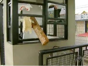 Cabine destruída durante os ataques ao terminal, em Campinas  (Foto: Ricardo Custódio/ EPTV )