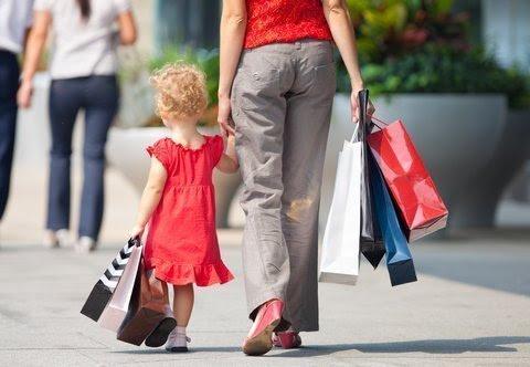 Foto una niña con su madre de compras